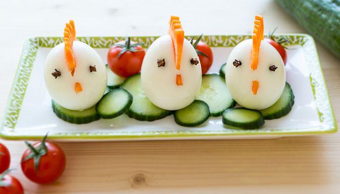 Essbare deko eier mit karotten kamm und nelken augen for Essbare dekoration