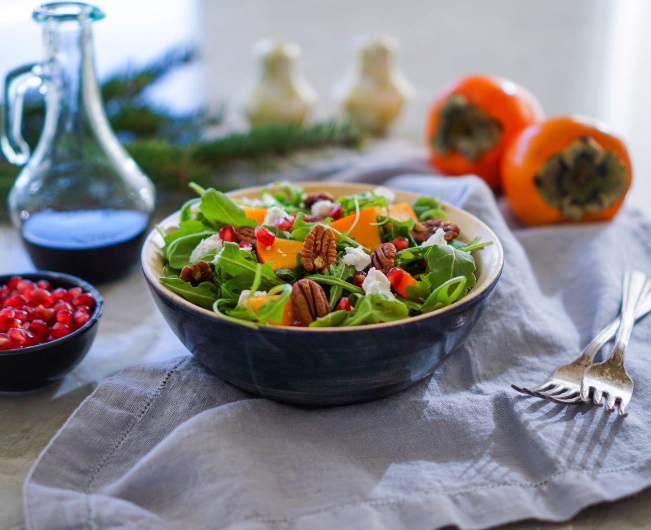 Herbst-Salat mit Kaki und Granatapfelkernen