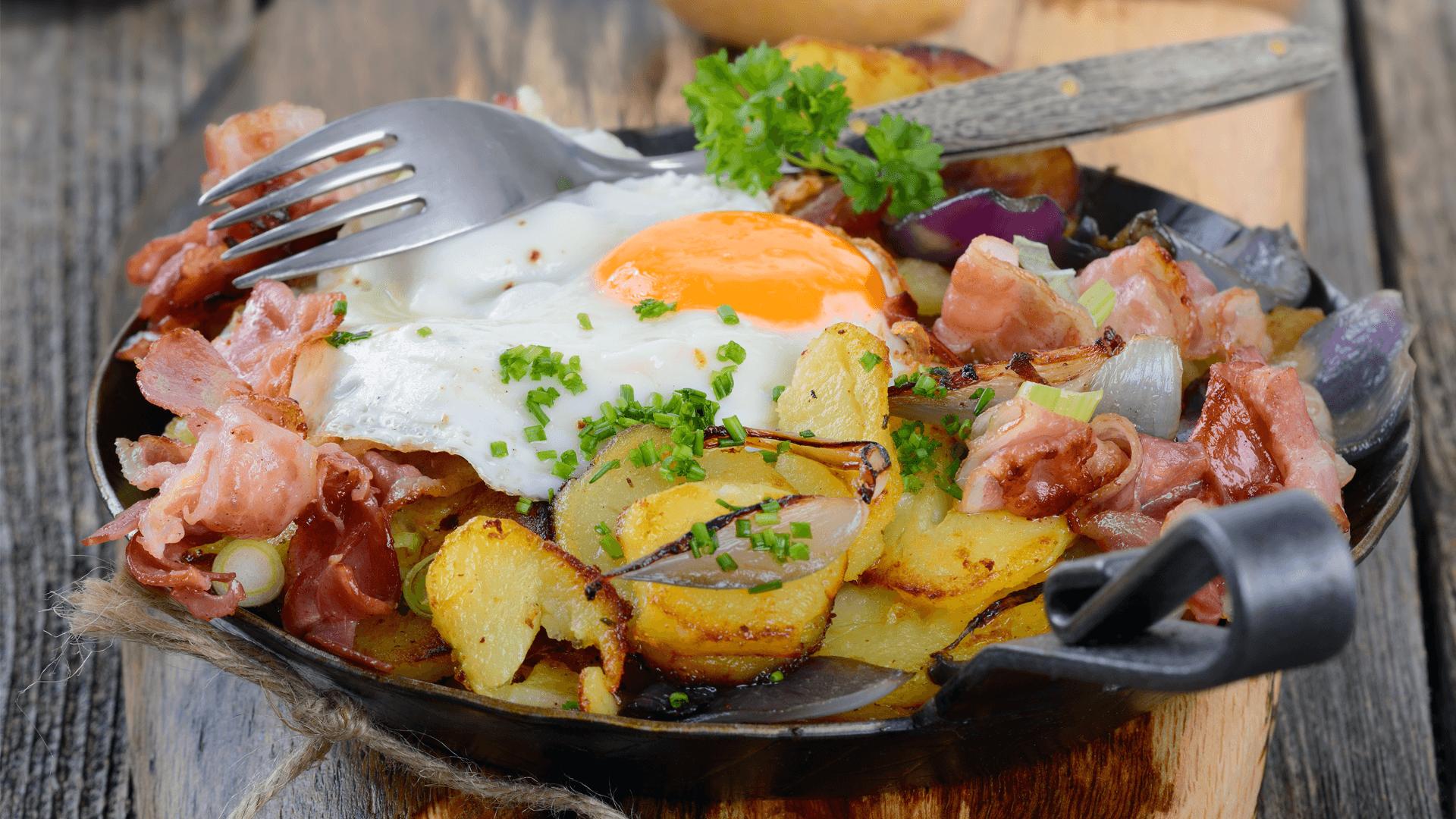 Gröstl mit Ei, Kartoffeln, Speck und Petersilie