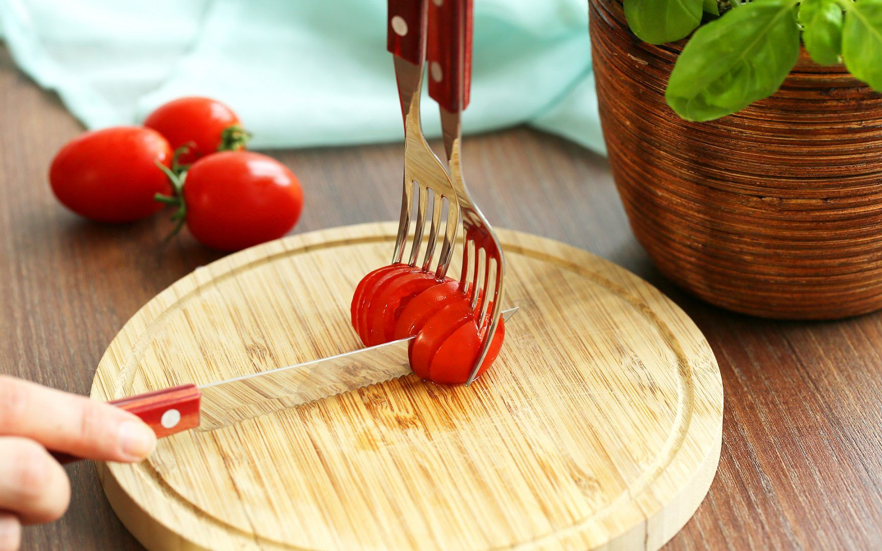 Tomaten schneiden mit Hilfe von zwei Gabeln von Lidl Österreich