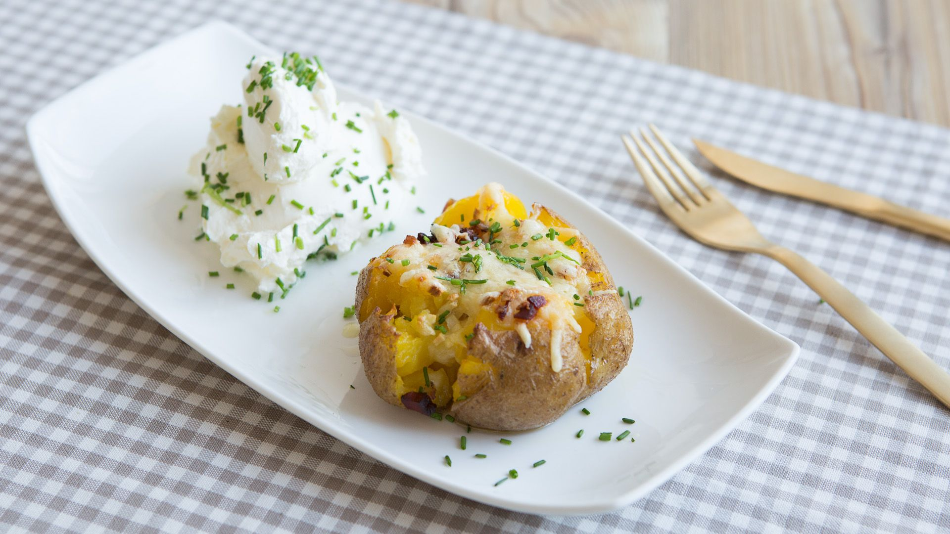 Herzhafte Ofenkartoffeln mit Käse und Speck serviert von Lidl Österreich