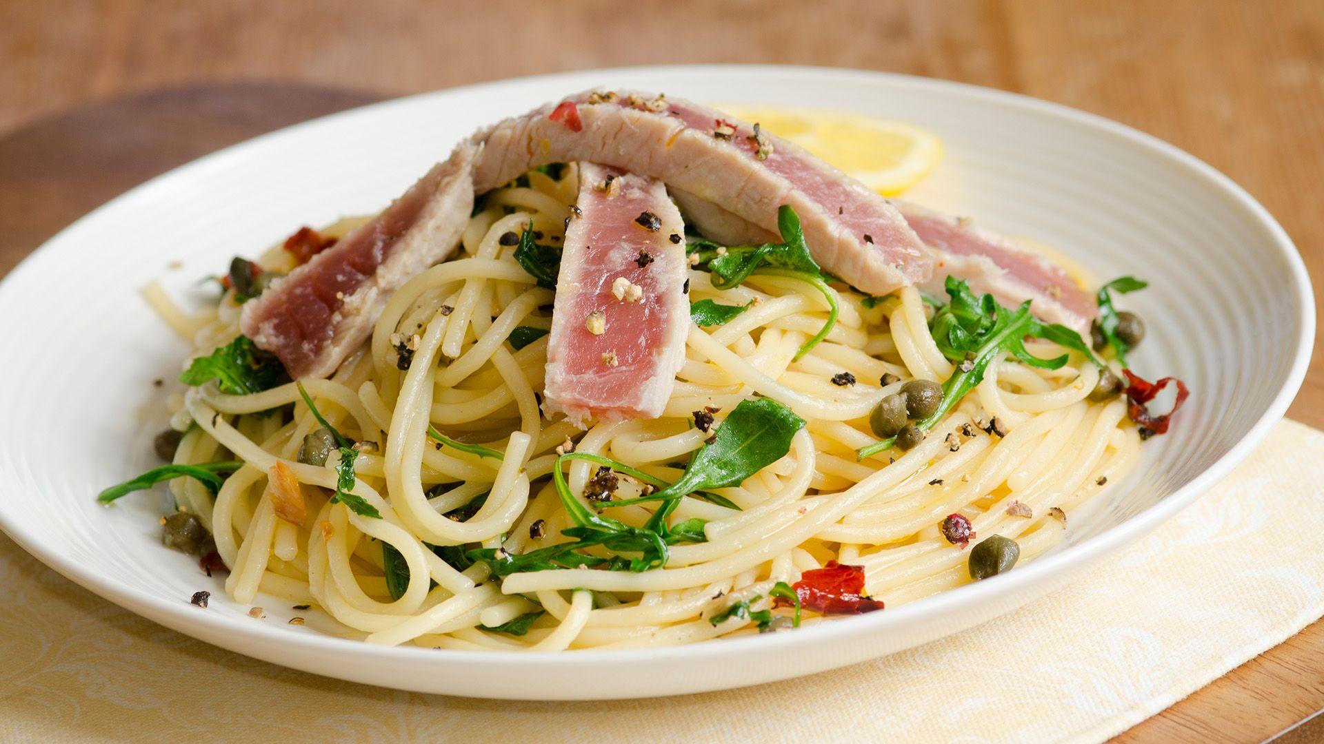 Ein Teller Thunfisch-Steak auf Spaghetti von Lidl Österreich