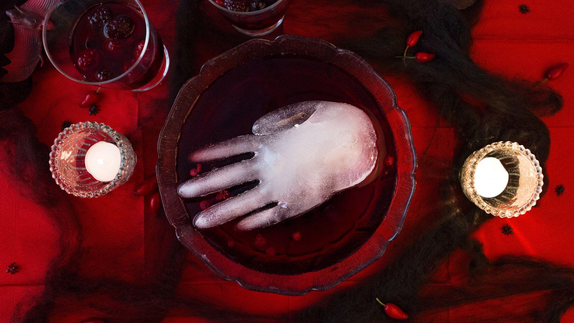 Schaurige Eiswürfelhand in Blutbowle für die Halloween-Party von Lidl Österreich