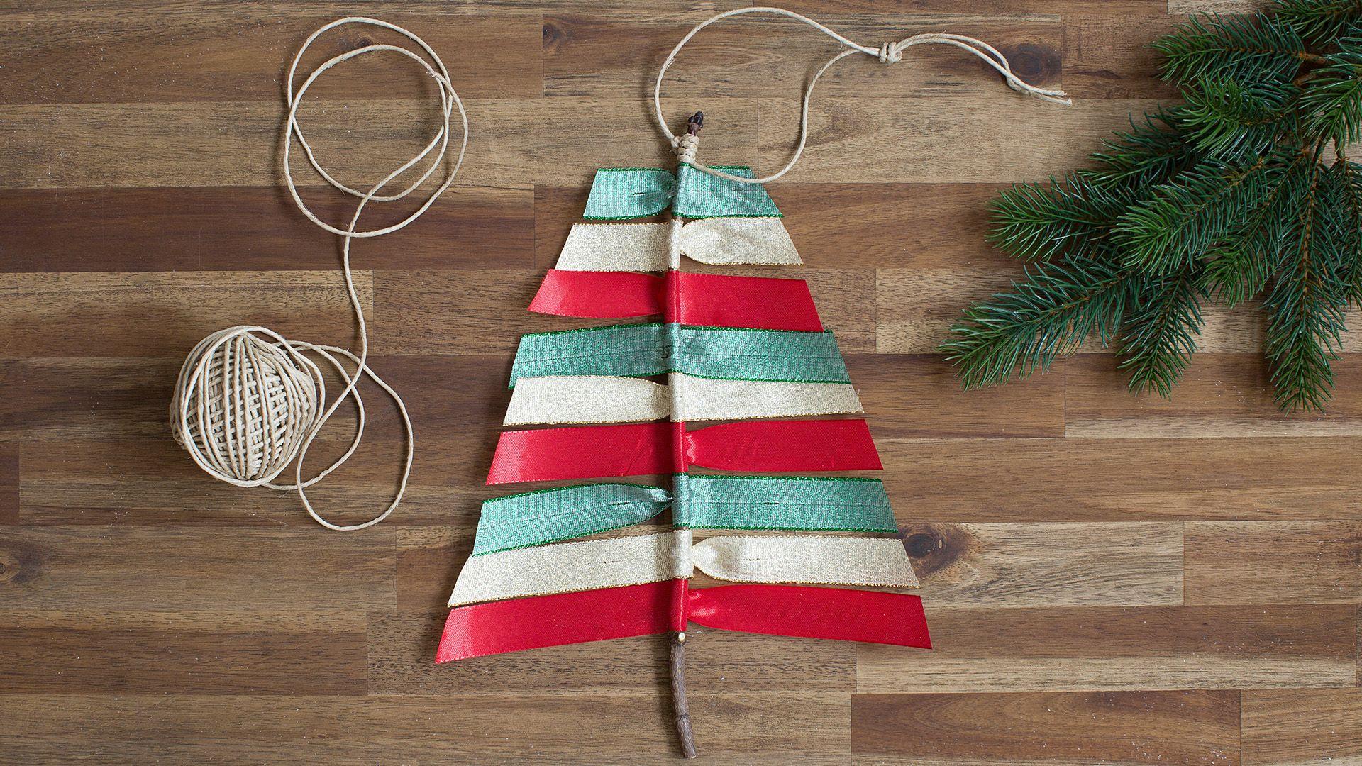 Deko-Christbaum aus Geschenkbändern von Lidl Österreich