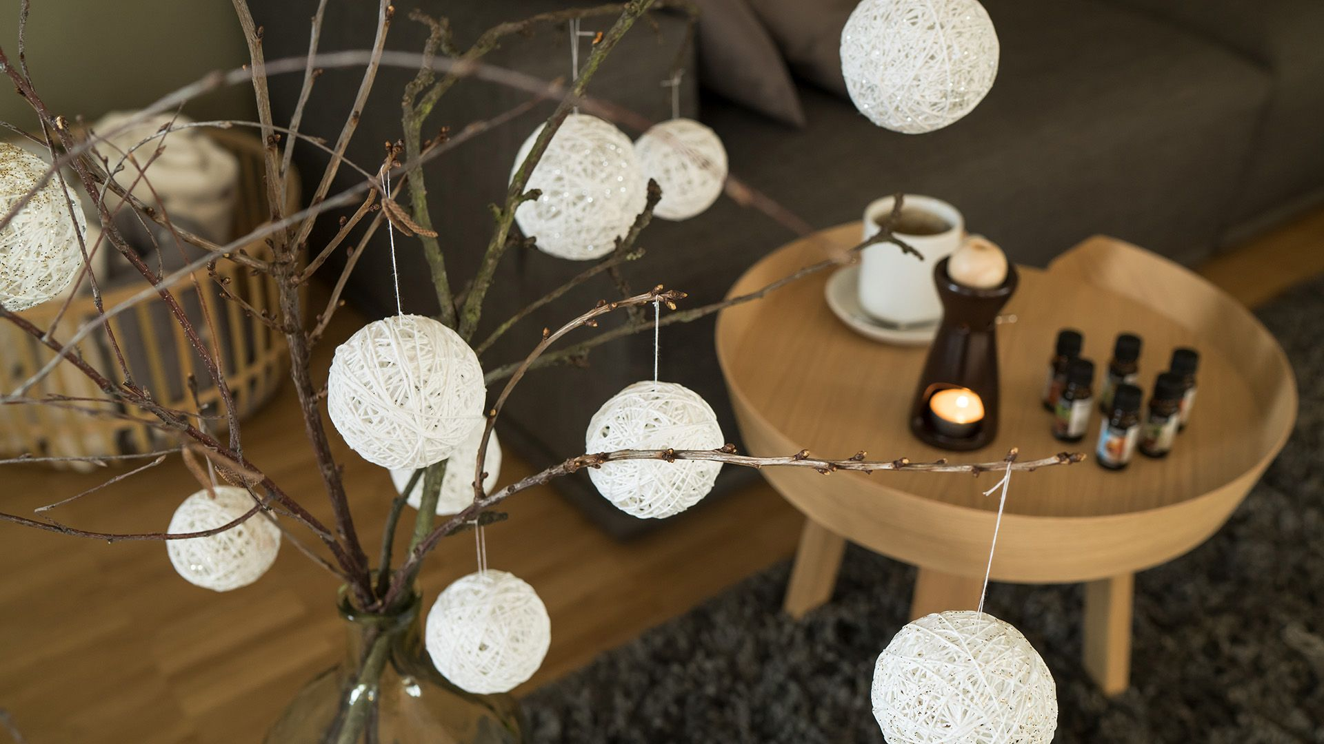 DIY Weihnachtskugeln aus weißer Wolle von Lidl Österreich
