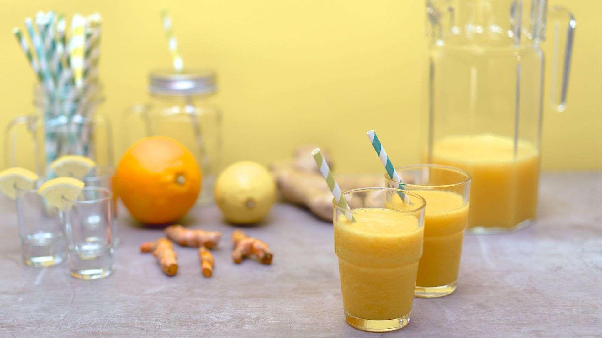 Kleine Ingwer-Stamperl mit Kurkumawurzel ein gesunder und erfrischender Vitaminkick von Lidl Österreich